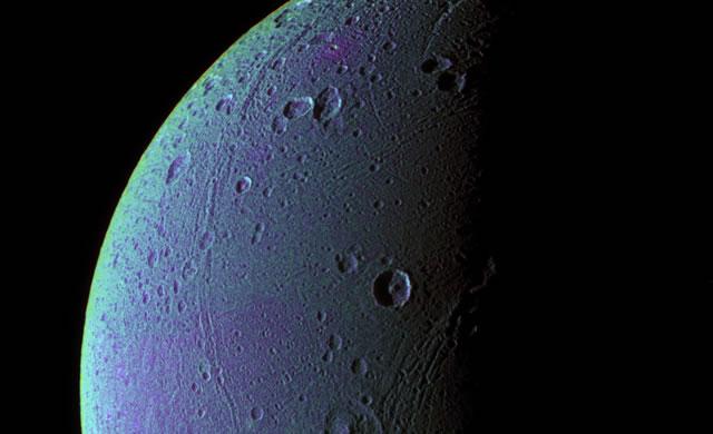Saturn's Icy Moon Dione Has Oxygen Atmosphere - Dione, la Luna di Saturno, ha un'atmosfera con ossigeno