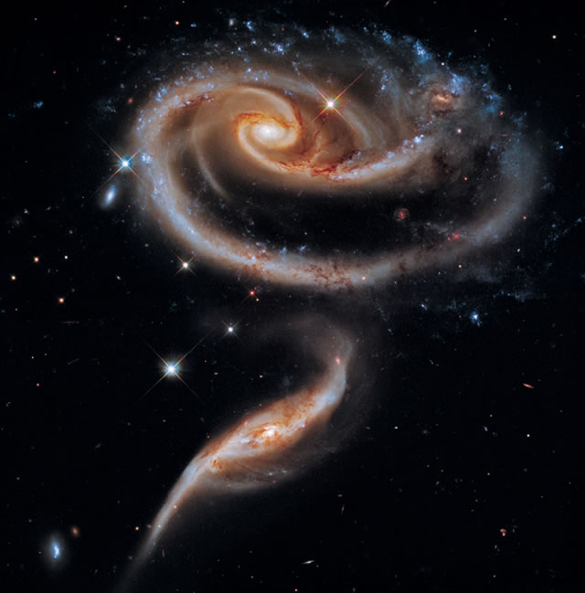 "Un Fiore di Galassia per il 21° Compleanno di Hubble - NASA's Hubble Celebrates 21st Anniversary with ""Rose"" of Galaxies"
