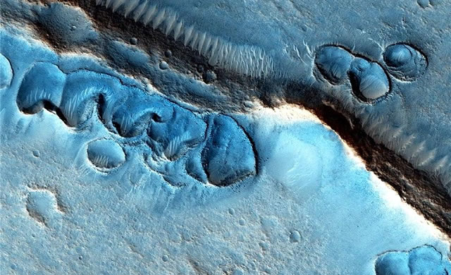 Marte in blu: Il Mistero della Morfologia Marziana - Mystery Martian Morphology of the Month