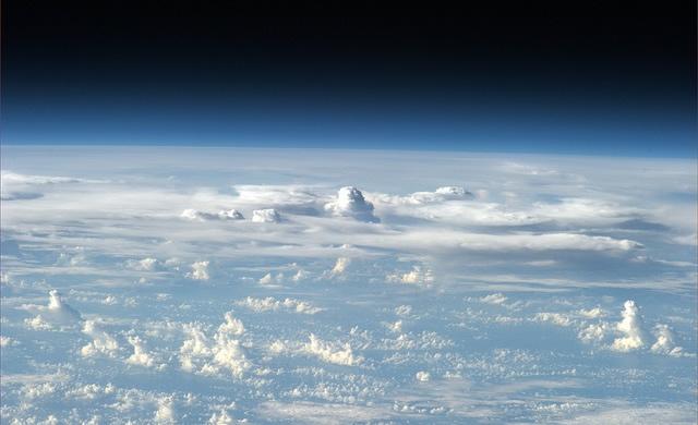 Luca Parmitano: Nuvole torreggianti sull'orizzonte - #Volare - @astro_luca: Towering clouds on the horizon