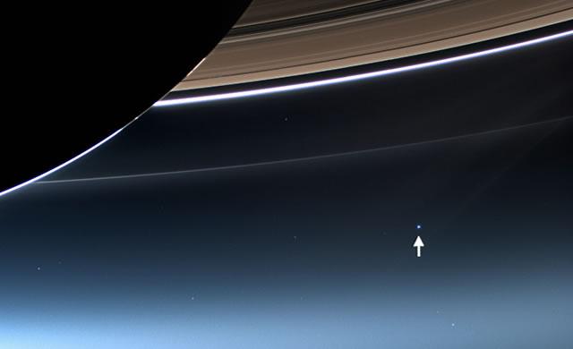 Carl Sagan - Guardiamo ancora quel puntino. E' qui. E' Casa. Siamo Noi - Consider again that dot. That's here. That's home. That's us.