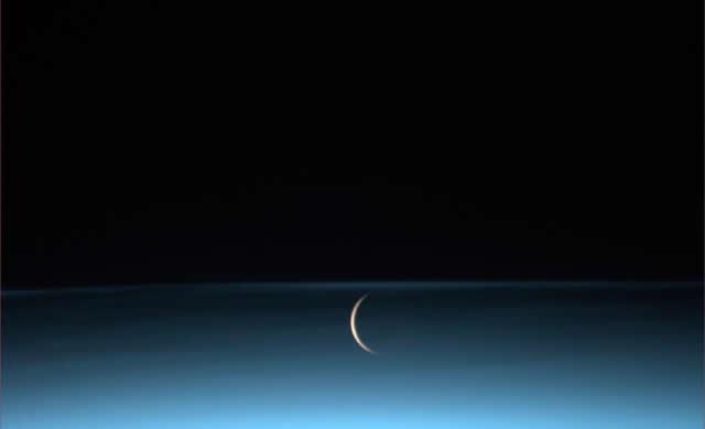 #Volare - Luca Parmitano: La #Luna sorge all'orizzonte, circondata da nubi mesosferiche - The #moon rises surrounded by noctilucent clouds.