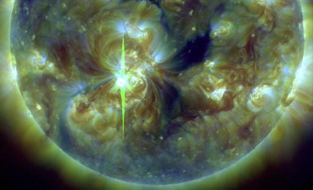 Attività Solare: Nuovi brillamenti X1 e M2 - Space Weather: Big sunspot AR1890 is crackling with strong flares