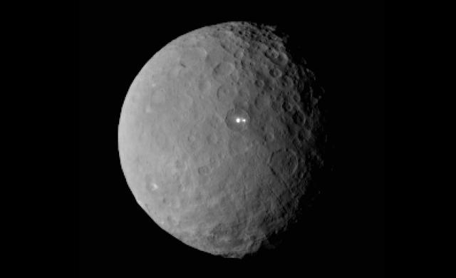 Il mistero delle luci di Cerere raddoppia - 'Bright Spot' on Ceres Has Dimmer Companion